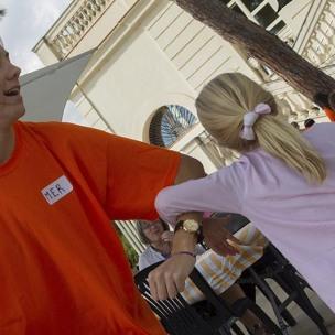 Voluntària i nena ballant una cançó de zumba