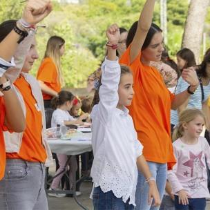Grup de nenes i voluntàries a la classe de zumba