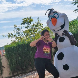 Monitora de zumba amb l'Olaf