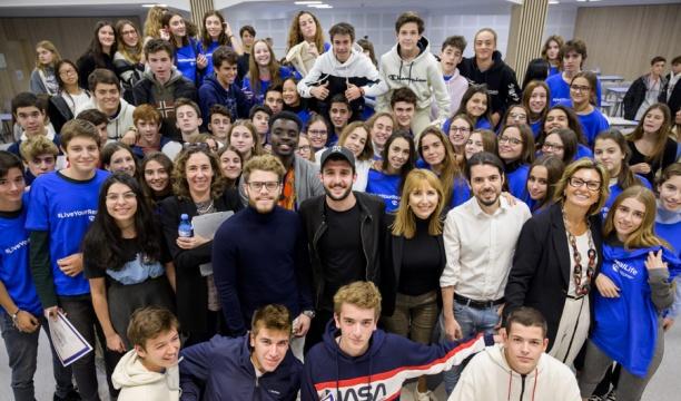 Foto final de la jornada. Experts i testimonis amb els alumnes participants.