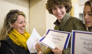 Els alumnes recullen els seus certificats de participació.