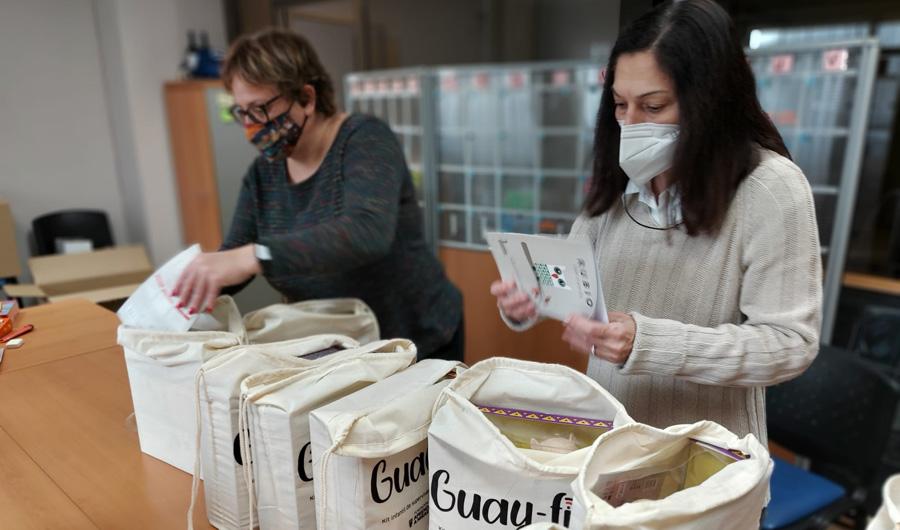 Dues persones voluntàries del projecte Guay-fi.